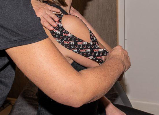 Tapen der Schulter